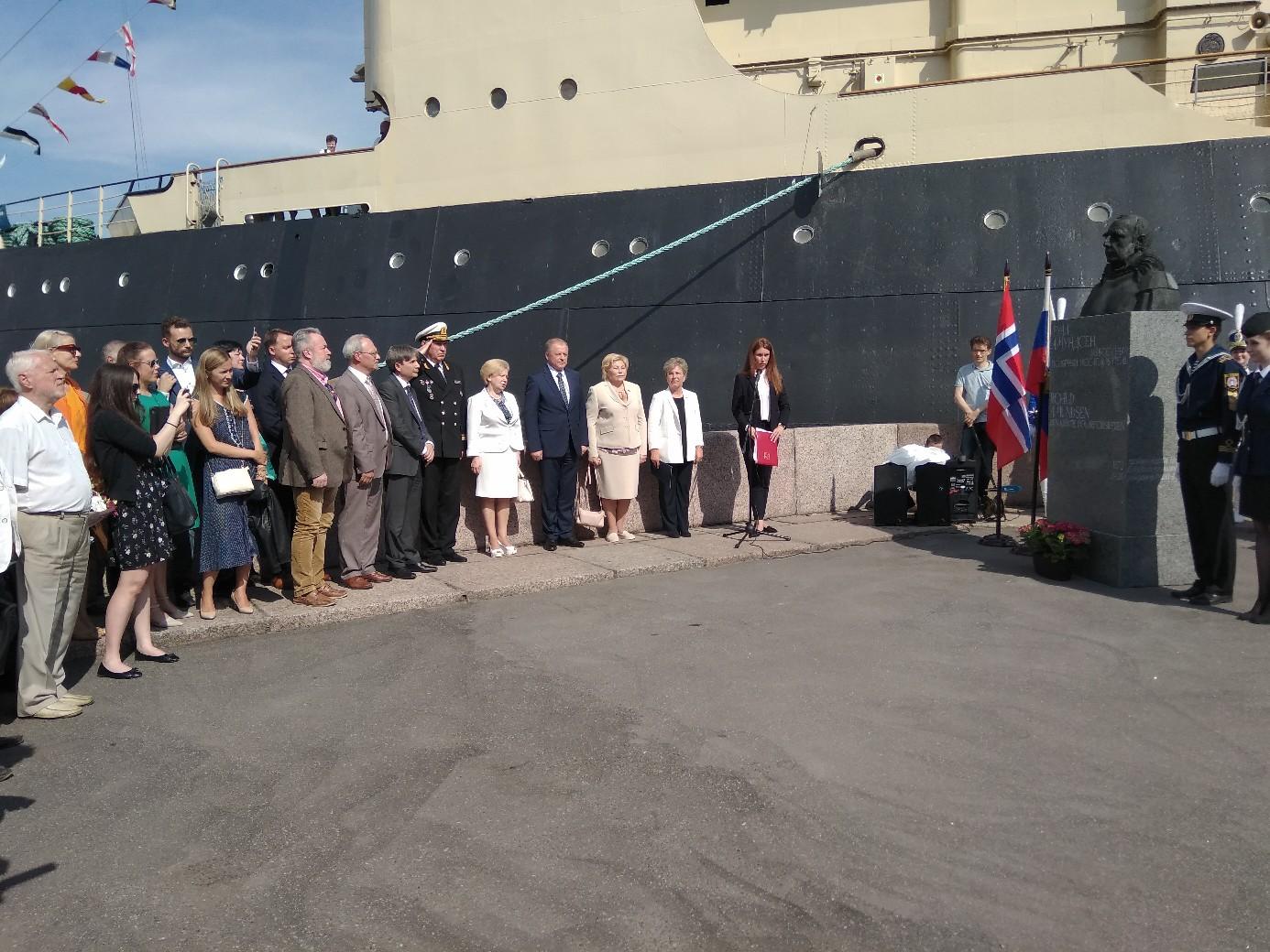 У ледокола «Красин» открыли памятник Руалю Амундсену